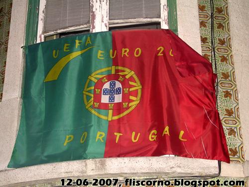 Bandeira, numa janela a caminho do Castelo de Lisboa
