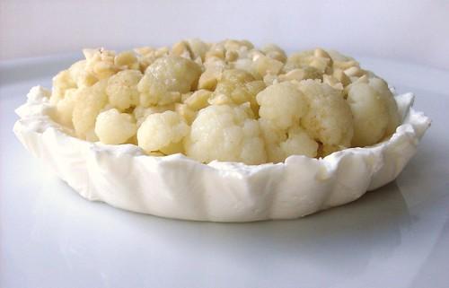 Crostatina fredda di ricotta al cavolfiore e mandorle