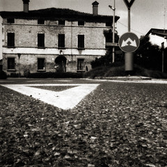 Via Fossa. Bagnacavallo. (Piedone_N47) Tags: urban bw italy 120 6x6 italia cityscape bn pinhole rodinal asphalt asfalto bianconero ravenna emiliaromagna selenium bagnacavallo stenopeica bncittà