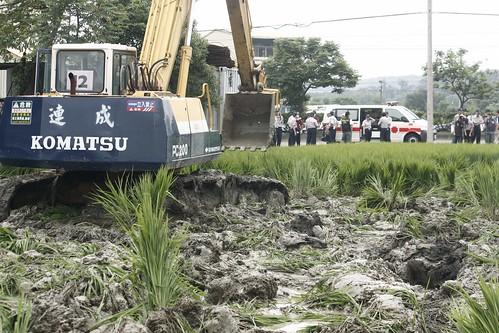苗栗縣政府用怪手警察搗毀即將收割的良田
