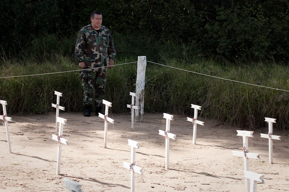 Un Teniente Coronel de Infanteria rinde honores a los caídos de la batalla de Boquerón durante el minuto de silencio el sábado 12 de Junio del 2010 en la visita al Fortín Boquerón con los alumnos del Postgrado en Historia Militar. (Elton Núñez - Fortín Boquerón, Paraguay)