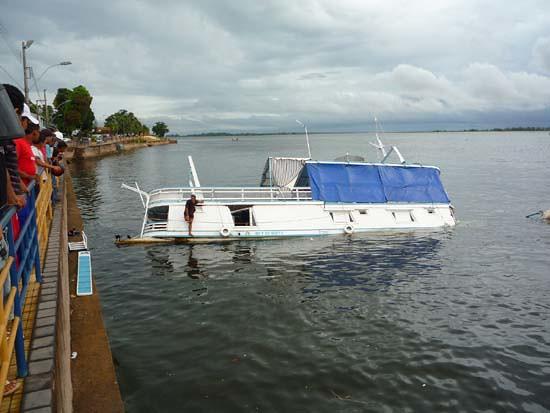 Barco ao fundo em Santarém - Amazônia