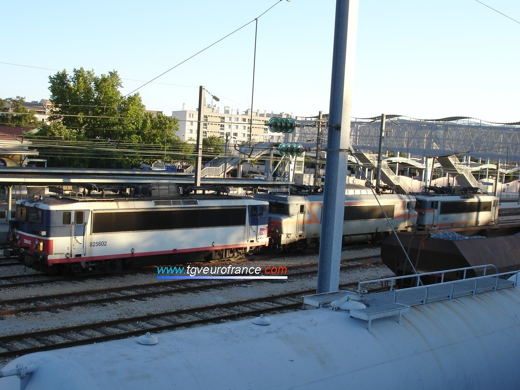 Three electric locomotives in the Aubagne station (two BB 25500 locomotives and one BB 22200 locomotive)