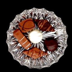 Bonbons Crystal (WorldPixels) Tags: white crystal sweet chocolate dam eat heemstede van platter bonbons kristal eten chocolat witte pralines heerlijk smakelijk chocolade schaal chocolaterie voedsel schaaltje dikmaker ysplix whetgobblefrolic