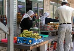 Drusinnen verkaufen frisches Obst aus der Region