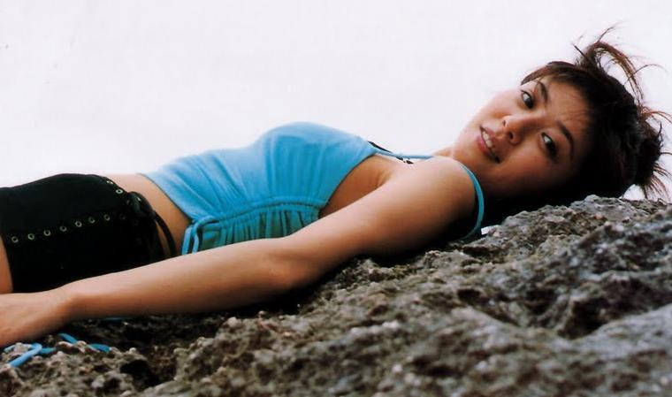 岩場に寝そべる白石美帆