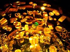 Conjunto de piezas de oro y esmeralda , Museo del Oro Bogotá Colombia