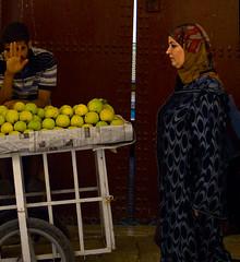 mele (livia.com) Tags: donna fez marocco mele fes banchetto