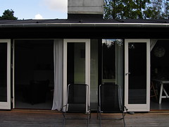 KICX5436.JPG (drz image) Tags: blackandwhite doors terrace terrasse summerhouse sort woodhouse longhouse sommerhus nowindows dre trhus sortoghvid