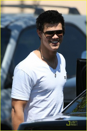 taylor-lautner-and-carrera-jocker-sunglasses-gallery