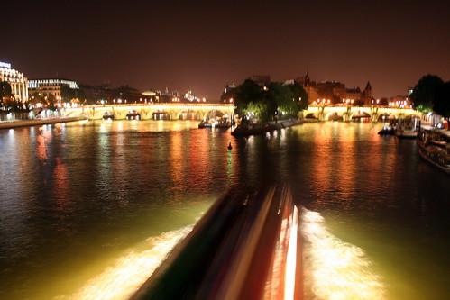 Boat on fire on the quai de seine! !