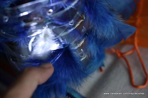 Farol de plumas azules y leds con botellas de plástico recicladas
