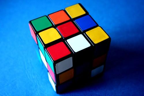 Cubo de Rubik sobre una mesa azul