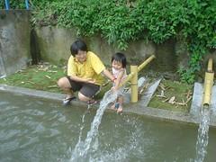 02.小女婨??媽媽玩水
