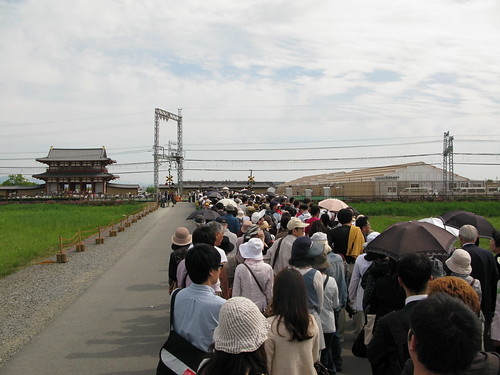 Crowds wait for the Kintetsu line trains, Suzakumon (朱雀門) in the distance