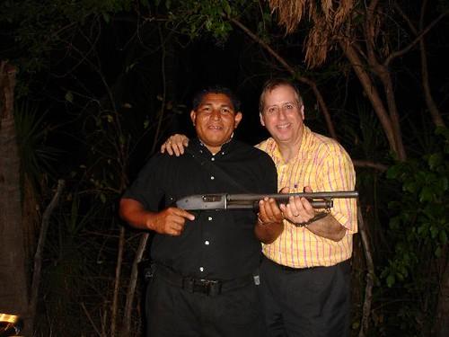 Foto de Gary Lee con un tío con escopeta