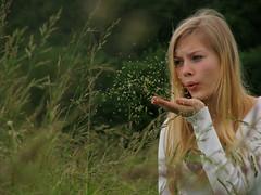 [フリー画像] 人物, 女性, 吹く, 201006160300