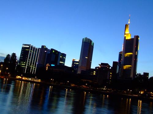 Foto de Frankfurt am Main, reflejo de edificios de noche