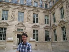 """Dom dans la cour de l""""hôtel de Sully"""