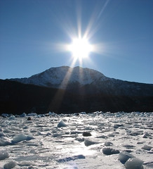 Sun, ice and earth... ( Popotito ) Tags: blue winter sunset sky naturaleza sun white mountain cold sol southamerica nature argentina ilovenature montana cielo invierno puestadesol iceberg sunrays frio hielo icebergs elcalafate rayosdesol onelli abigfave anawesomeshot flickrdiamond searchandreward