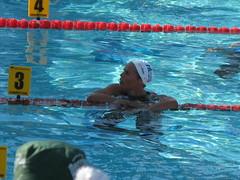 マナドゥー選手、50m背泳ぎ優勝してほっと一息
