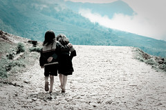 Copines Hmong (semaryp) Tags: mountain girl montagne path vietnam minority fille chemin sapa hmong ethnie