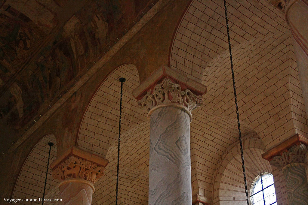 Le plafond, les colonnes, tout est peint