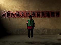 Tonghai temple attendant, Yunnan, China (Eric Lafforgue) Tags: china woman girl female asia femme chinese hasselblad asie  yunnan fille kina chin thewall cina chine xina  mongol  peoplesrepublicofchina ilmuro  zhongguo tonghai tiongkok  chiny  kna in h3d 6828 lafforgue  ericlafforgue  trungquc na   kitajska tsina  wwwericlafforguecom