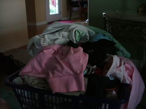 一大堆衣服正在等著要洗