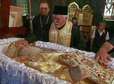 Priests mourn the death of Romania's Orthodox Patriarch Teoctist at the Patriarchal Cathedral in Bucharest August 2, 2007.