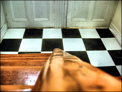 [ solo una entrada ] ([ paranoid android ]) Tags: door wood puerta madera floor chess ajedrez tablero