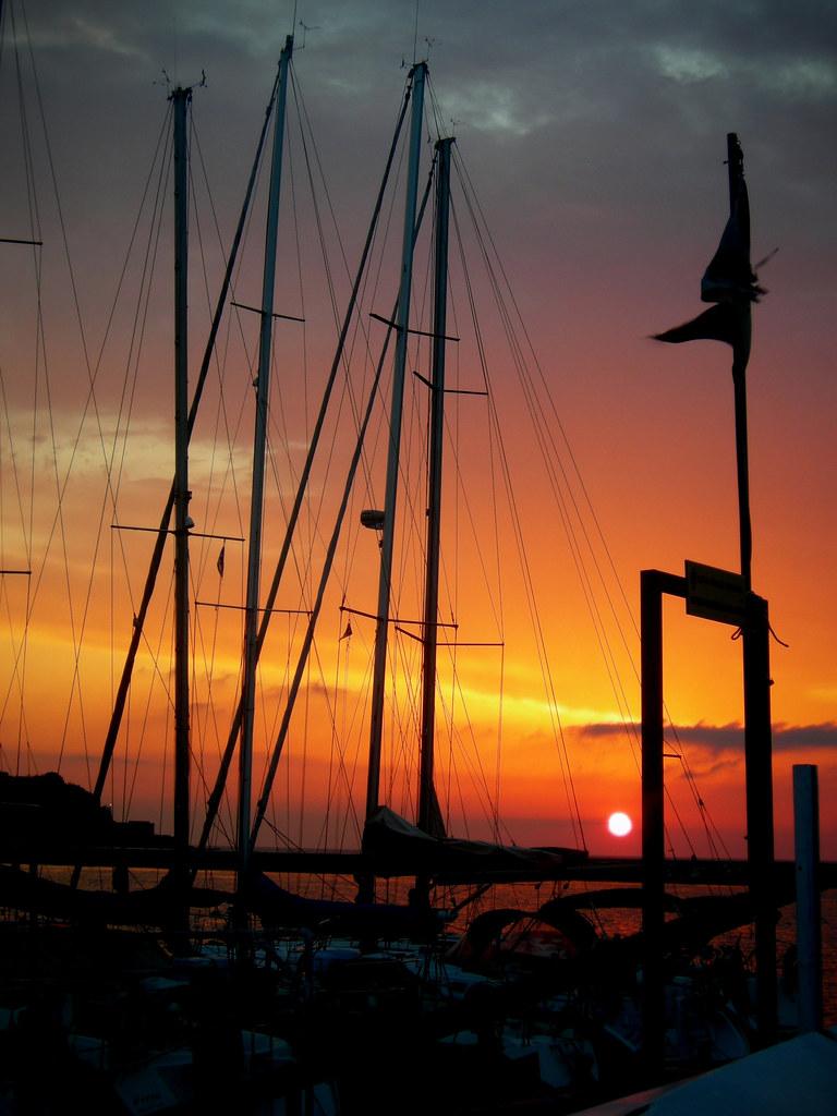 Procida - ultimo raggio di sole tra barche ed aere salmasto