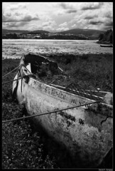 Barca en tierra (DavidGorgojo) Tags: bw boat barca bn ria lancha eo vegadeo castropol radeleo spittinshells shopofcuriosities encallada elesquilo