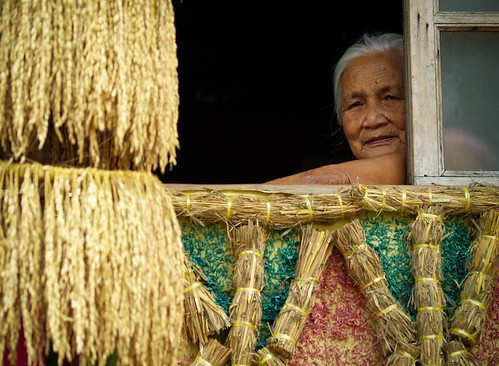 elderly woman window  Buhay Pinoy Philippines Filipino Pilipino  people pictures photos life Philippinen  菲律宾  菲律賓  필리핀(공화국)