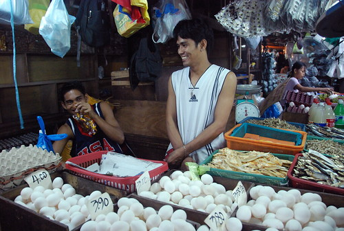 Philippinen  菲律宾  菲律賓  필리핀(공화국) Pinoy Filipino Pilipino Buhay  people pictures photos life Imus, Cavite, Philippines eggs man vendor market indoor