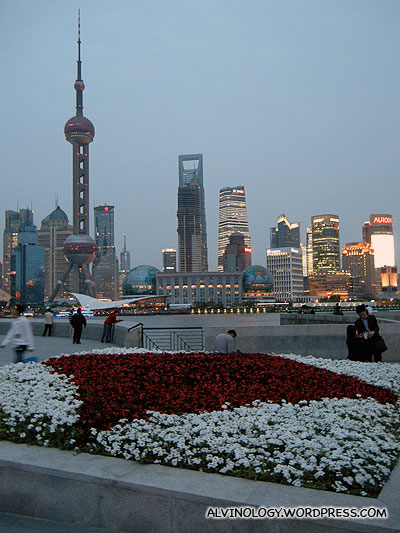 Oriental Pearl Tower (东方明珠塔) can be seen across the river