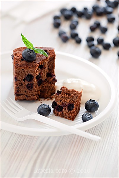 Chocolate cake with blueberries1