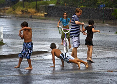 Barefoot Children In The Rain (Bill Adams) Tags: summer rain hawaii published estate mp3 explore barefoot bigisland jimmybuffett descalos waikoloa descalzos scalzi piedsnus canonef70200mmf28lisusm piedinudi unusualseasons barefootchildren hawaiimagazine 2008rfas