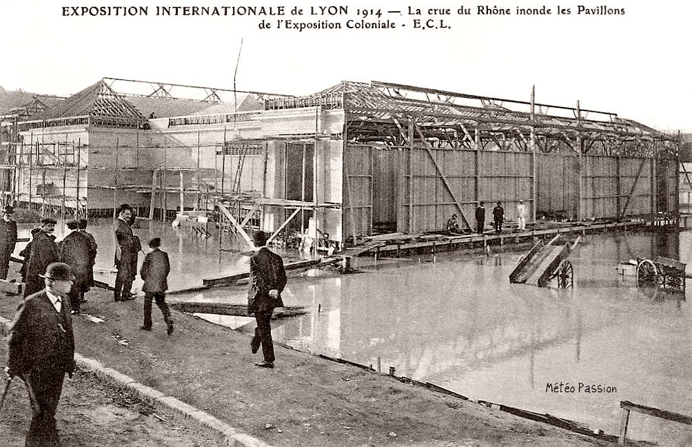 bâtiments de l'exposition coloniale de Lyon inondés en 1914