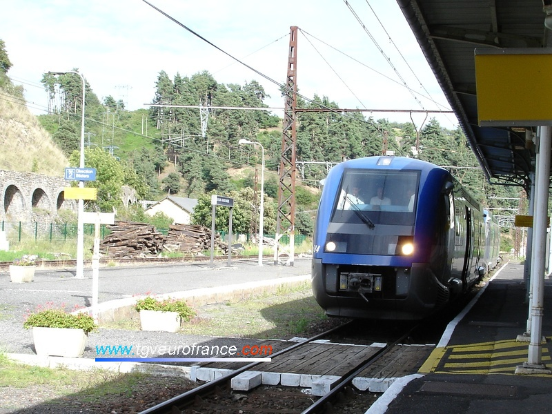 Two ATER X 73500 railcars in the Saint-Flour station