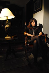 abatjour (Milla Garofalo) Tags: light shadow film luz girl set chair solitude arte legs antique room sala garota menina cenário abajur cadeira shortfilm gravando abatjour curtametragem locação cadeiradebalanço raposavelharaposa