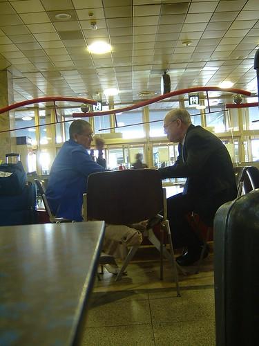 Ellos en un café