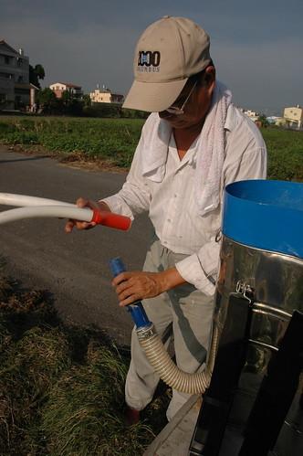 裝設肥料筒