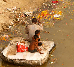 buscando tras las ofrendas2 (llanosom) Tags: poverty people india festival river children families monsoon gujarat