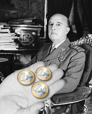 Tres monedas de Euro sobre una mano junto a Franciso Franco