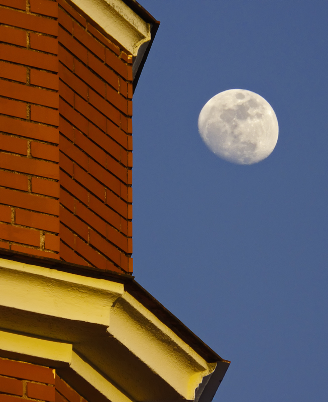 La luna sobre la cornisa