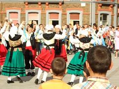 Nios espectadores (Caliaetu) Tags: espaa kids rural children spain dancing asturias nios nio baile cuenca asturies laviana cuencaminera sooc llaviana poladelaviana baileregional caliaetu fernandotorrealonso