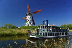 The Damme Cruisade (Vainsang) Tags: windmill moulin boat canal nikon bruges bateau flanders flandres damme vlaanderen 25faves mywinners d40x paololivornosfriends updatecollection