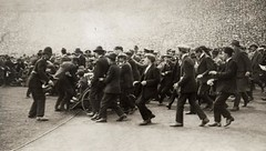 """Supportersrellen"" in Wembley stadion 1923 / Supporter ""riots"" (Nationaal Archief) Tags: england holland london netherlands soccer nederland supporters voetbal engeland wembley 1923 londen rolstoelen supportersrellen supporterriots wheelcharis"