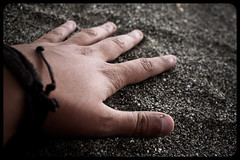 Siente... (InVa10) Tags: sea beach canon eos mar spain sand hand fingers playa arena badajoz nails dedos mano malaga uñas extremadura inva 450d